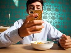 9 thói quen sử dụng điện thoại cực kì nguy hiểm, bỏ nhanh còn kịp